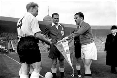 Beide captains, Ferenc Puskás en Billy Wright, aan te toss.